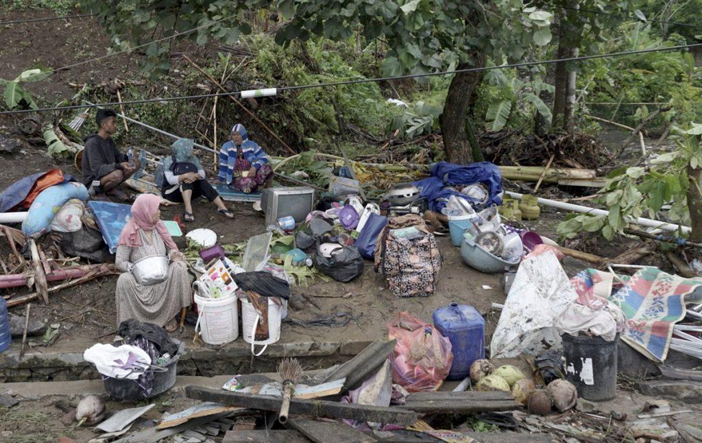 Víctimas del tsunami resguardan sus pertenencias en Sunda Strait, Indonesia.