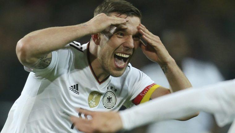 El delantero Lukas Podolski consiguió el gol del triunfo alemán, en el partido frente a Inglaterra en el que se despidió de la selección teutona. (Foto Prensa Libre: AFP)
