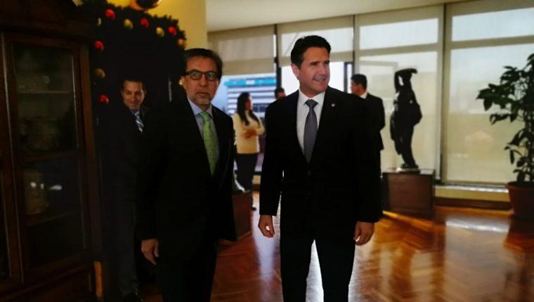 El embajador de Estados Unidos, Luis Arreaga, junto al alcalde capitalino, Ricardo Quiñónez, en la Municipalidad de Guatemala. (Foto Prensa Libre: Cortesía)