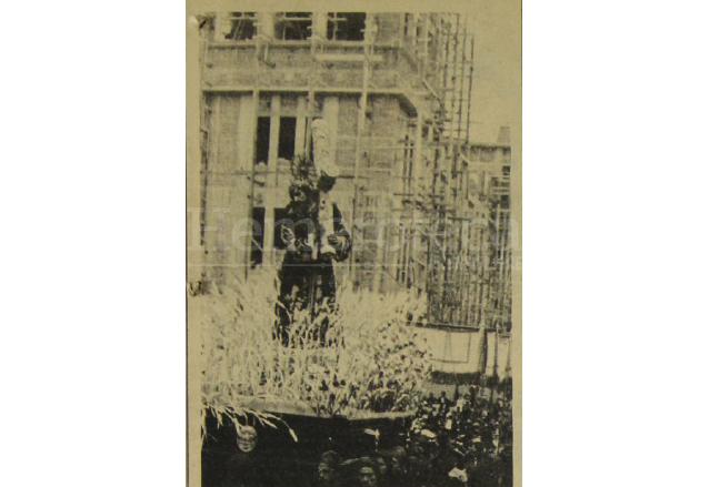 Viernes Santo de 1941. La procesión de Jesús de La Merced pasa frente al Palacio Nacional que se encuentra en plena construcción. (Foto: Hemeroteca PL)