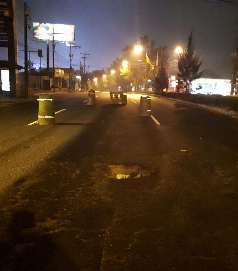 Autoridades de tránsito han señalizado el lugar del agujero, para evitar accidentes, sobre todo en la madrugada. (Foto Prensa Libre: PMT)