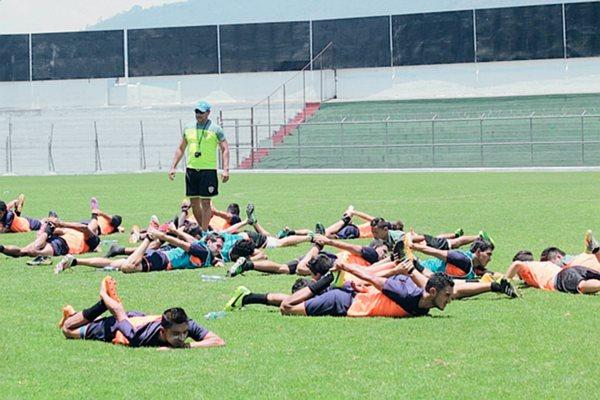 Los panzas verdes no pierden el tiempo, ayer trabajaron intensamente en el estadio Pensativo. (Foto Prensa Libre: Miguel López)
