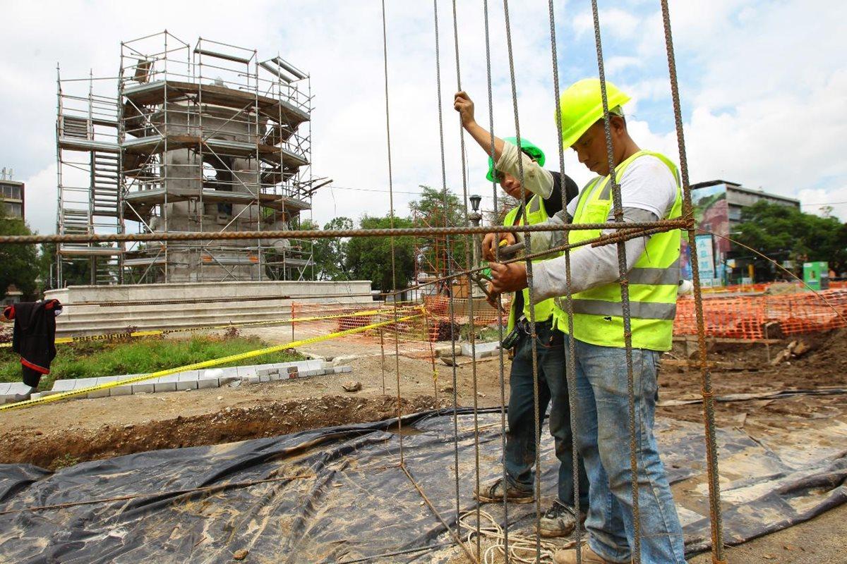 Trabajadores de la Municipalidad de Guatemala restauran la fuente de rey Carlos III, en la Plaza España, zona 9. (Foto Prensa Libre: Álvaro Interiano)