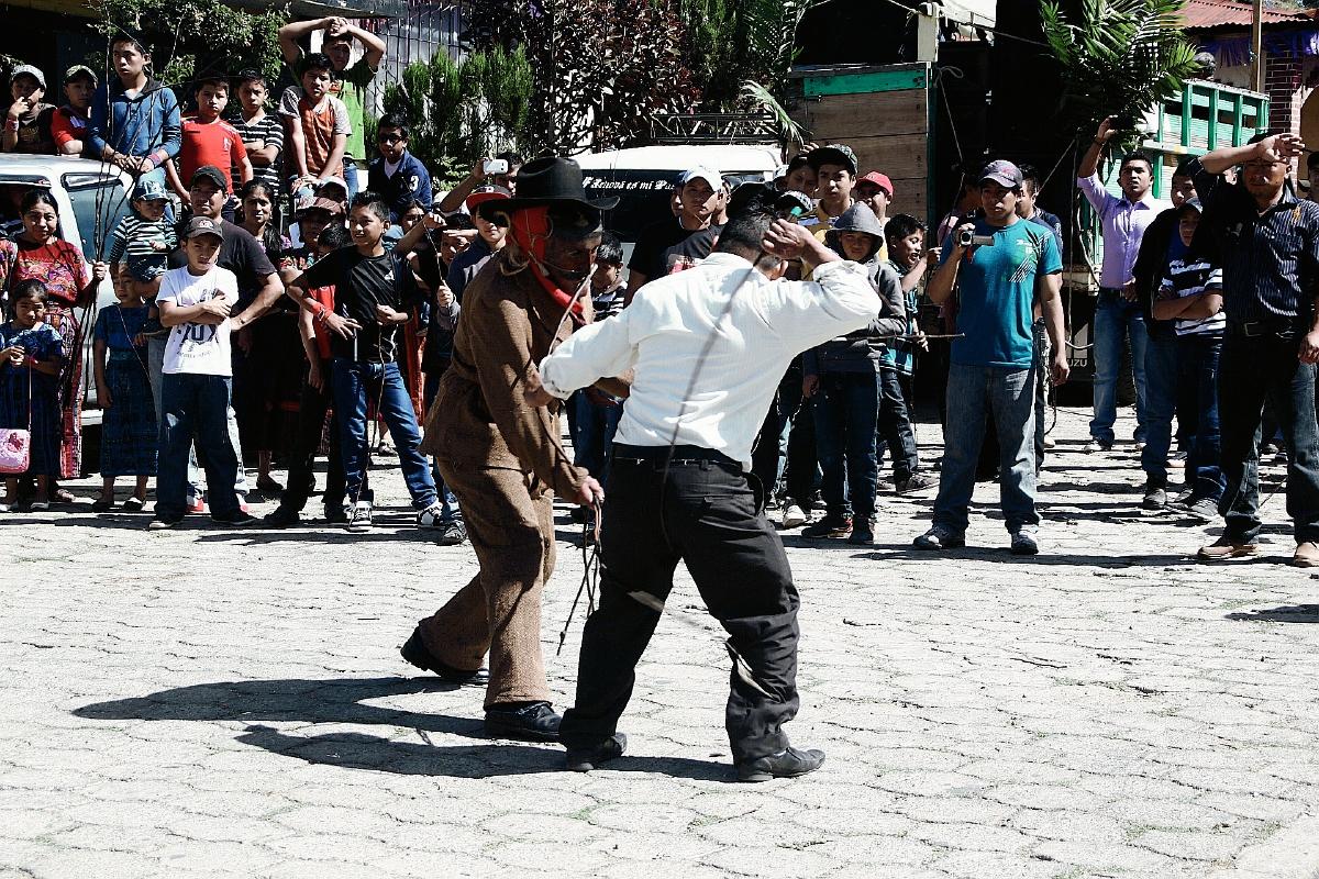 Pobladores se lían a latigazos con el Shutío en San Andrés Semetabaj