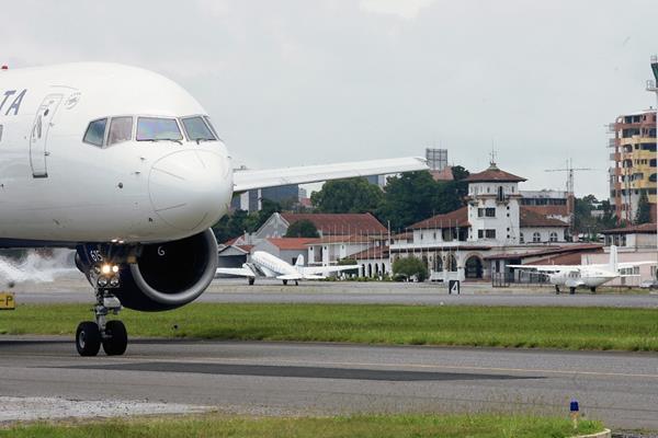 Se espera que con el recapeo de la pista, nuevas aerolíneas empiecen operaciones en Guatemala. (Foto Prensa Libre: Hemeroteca PL)