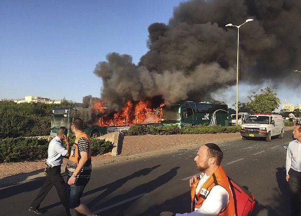 Un autobús en llamas después la explosión en Jerusalén.(EFE).
