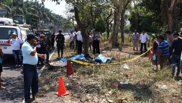 Vecinos llegan a identificar de las víctimas que se presume eran convivientes. (Foto Prensa Libre: Enrique Paredes)