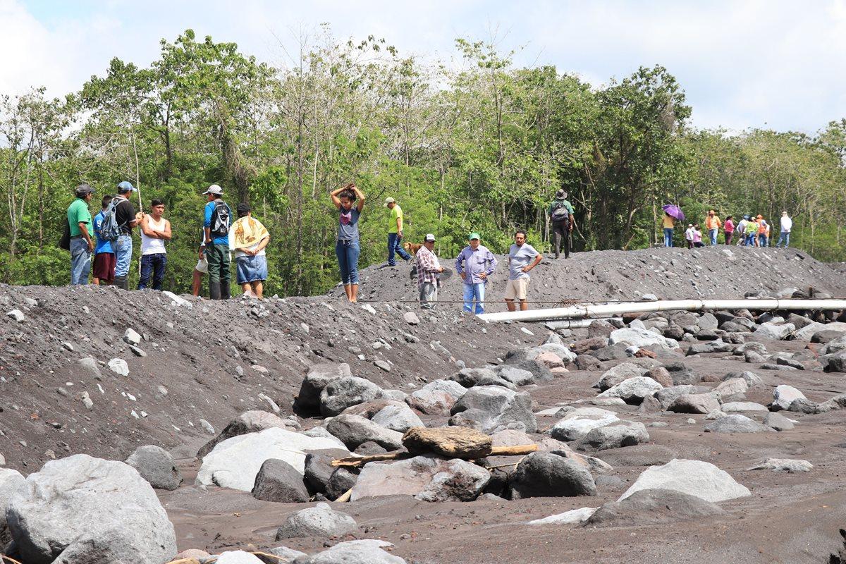 Las comunidades asentadas en las faldas del Volcán de Fuego tienen como vía de acceso el río Ceniza, pues en el área no hay puentes. (Foto Prensa Libre: Carlos Paredes)