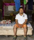 En su vivienda en El Ceibo, Petén, Andrés da apoyo a los migrantes que cruzan por esa frontera. (Foto Prensa Libre: Acnur)