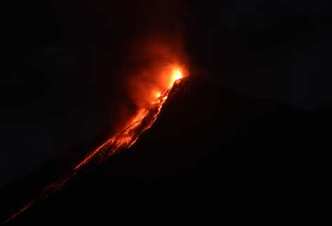 Imagen del Volcán de Fuego captada desde La Antigua. (Foto Prensa Libre: Miguel López)