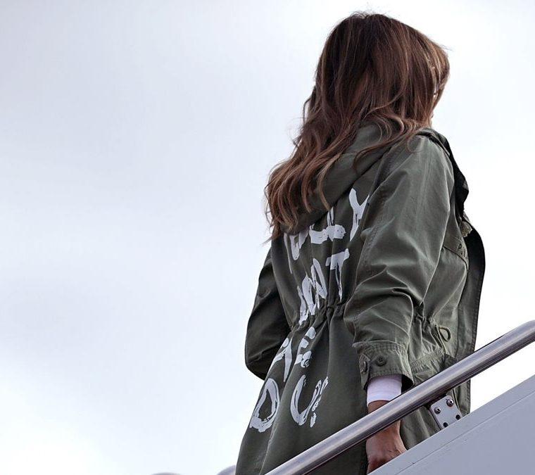 """El """"Realmente no me importa ¿y a ti?"""", que estaba escrito en la parte posterior de la chaqueta de Melania. (Foto Prensa Libre: AFP)"""