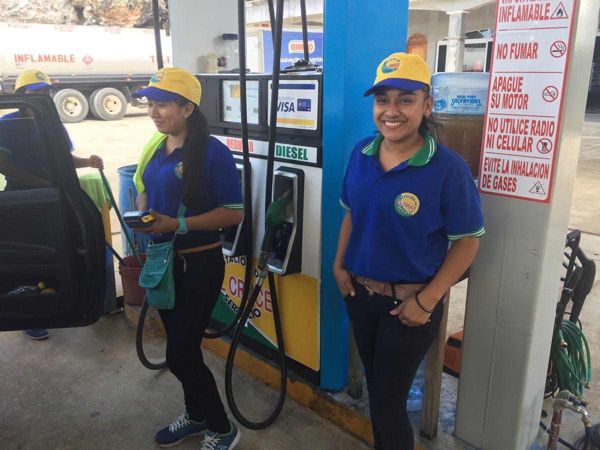 Mujeres rompen estereotipos y aprovechan oportunidad de empleo en gasolinera