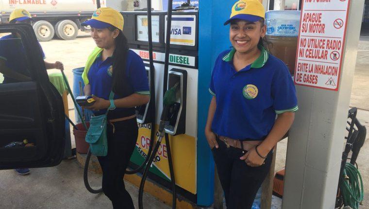 Dos de las empleadas que atienden la gasolinera en Raxruhá, Alta Verapaz. (Foto Prensa Libre: Eduardo Sam).