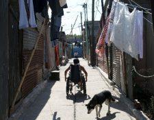La pobreza se ha incrementado en los últimos años, según el INE. (Foto Prensa Libre: EFE)