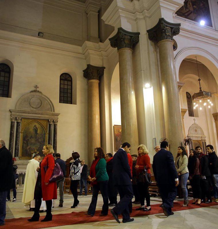 Fieles católicos reciben la Eucaristía en la Misa de Gallo en la Iglesia de San José en El Cairo, Egipto.(EFE).