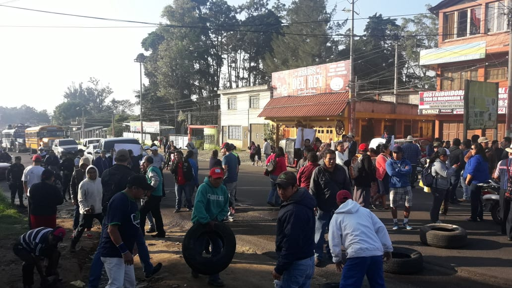 Unos cien vecinos mantienen bloqueado el paso por el kilómetro 56 de la ruta Interamericana. (Foto Prensa Libre: Víctor Chamalé)