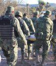 Efectivos del ejército mexicano traslada a uno de los fallecidos en los enfrentamientos. (EFE).