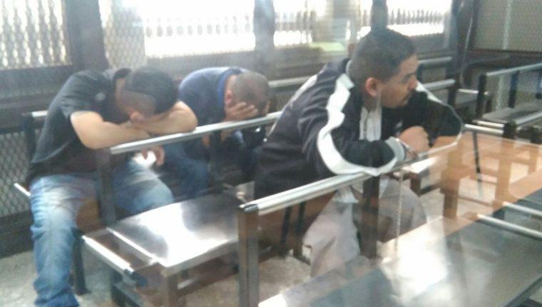 Tres de los señalados esperan el inicio de la audiencia en el Juzgado de Mayor Riesgo A. (Foto Prensa Libre: Claudia Palma)
