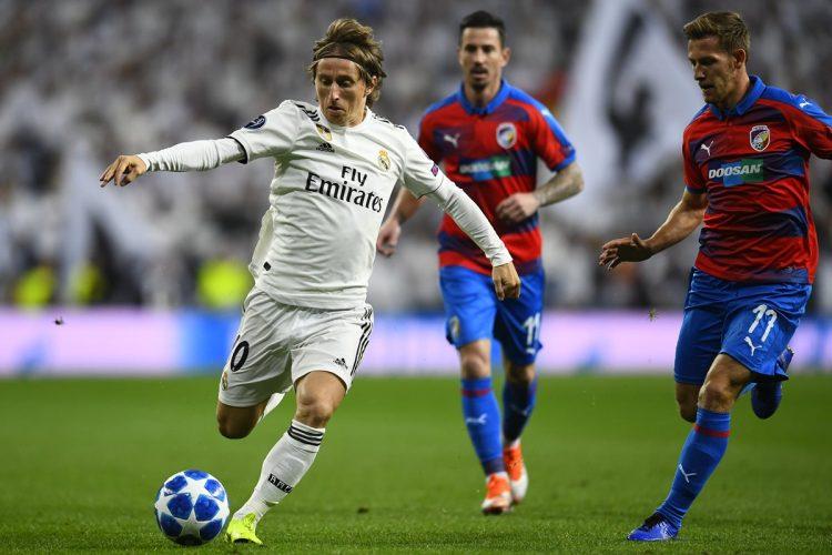 El croata Luka Modric conduce el balón durante una acción del partido Real Madrid – Viktoria Plzen.