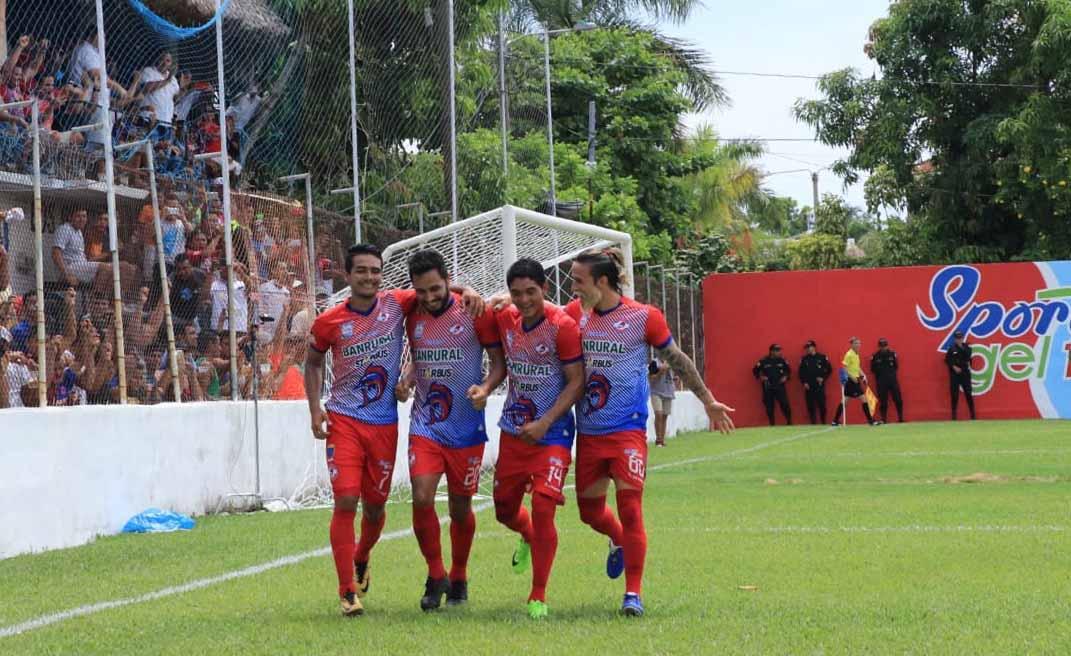 Diego Ruiz celebra junto a sus compañeros el primer tanto de Deportivo Iztapa contra Sanarate. (Foto Prensa Libre: Carlos Paredes)