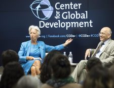 La directora gerente del Fondo Monetario Internacional, Christine Lagarde, habla junto al director del Centro para el Desarrollo Global, Masood Ahmed, durante un debate. (Foto Prensa Libre: EFE)