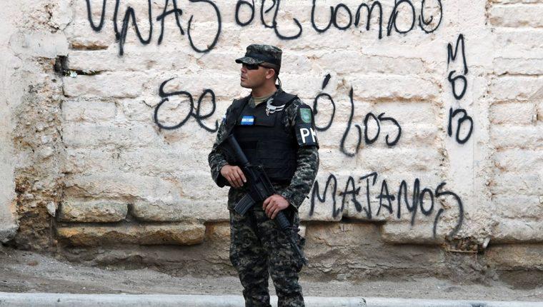 Un soldado de la Policía Militar resguarda un sector del barrio El Bosque, controlado por MS-13, en Tegucigalpa.(Foto Prensa Libre:AFP).