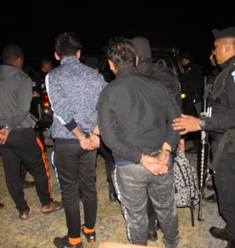Autoridades custodian a los tres ecuatorianos capturados le noche del domingo último en Escuintla, cuando en una lancha llevaban cocaína. (Foto Prensa Libre: PNC).