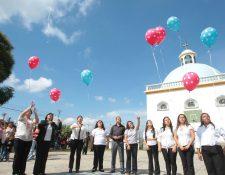 Maestras de la Escuela 810 de Santa Catarina Pinula liberan globos en memoria de 10 niños víctimas de la tragedia en El Cambray 2. (Foto Prensa Libre: Alvaro Interiano)