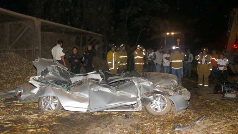 El vehículo de donde bomberos extrajeron el cuerpo de Olga Marina Castro quedó destruido. (Foto Prensa Libre: Rolando Miranda).