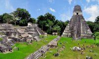 El Parque Nacional Tikal es uno de los sitios arqueológicos que más turistas extranjeros atraen, pero a criterio del arqueólogo Tomás Barrientos hay unos 15 o 20 sitios más que se pueden desarrollar y aprovechar su potencial para el turismo. (Foto, Prensa Libre: Hemeroteca PL).