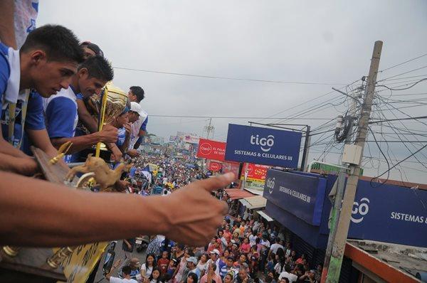 Los futbolistas del campeón Suchitepéquez han provocado que la ciudad de Mazatenango tenga un domingo especial e histórico (Foto Prensa Libre: Carlos Vicente)