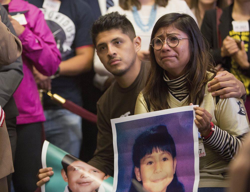 os soñadores Jairo Reyes y Karen Caudillo lloran al escuchar que el presidente Trump canceló el programa Daca. (Foto Prensa Libre: EFE)