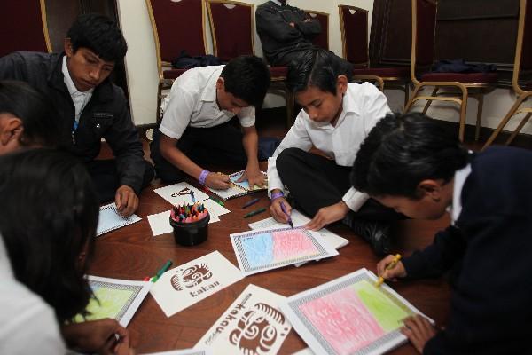 Niños y jóvenes  participan en los talleres realizados en el segundo día de la Convención Mundial de Arqueología    Maya,  que se celebra  en Antigua Guatemala.