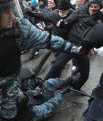Un enfrentamiento entre policías y aficionados violentos en Rusia. ¿Será una imagen frecuente durante el mundial de 2018? (AFP)