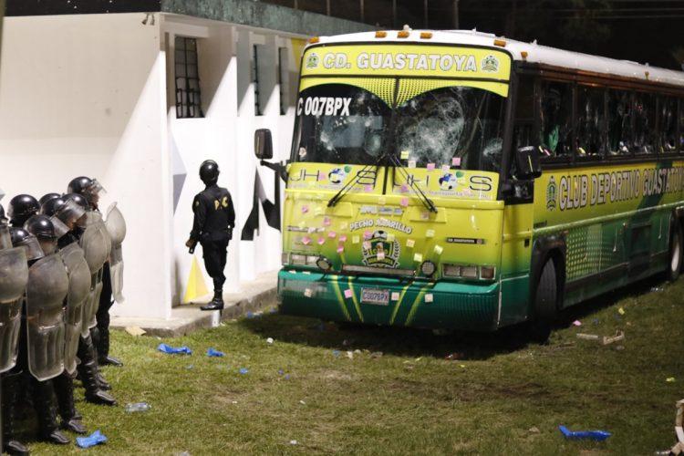 Agentes de la Policía Nacional Civil custodian el camerino donde se encontraban  los jugadores de Guastatoya.