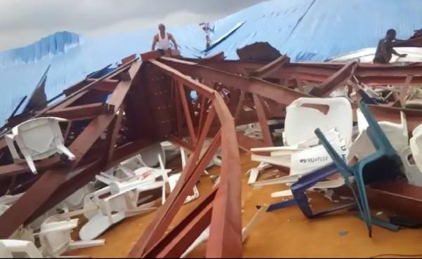 Partes de la construcción de la azotea dañada del techo de la iglesia que se derrumbó. (EFE).