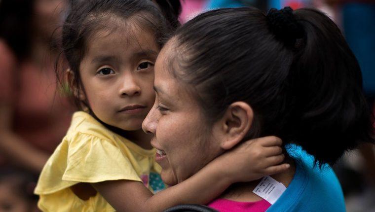 Nieves Ojendiz, una inmigrantes mexicana, sostiene a su niña de 4 años durante una protesta en Nueva York. (Foto Prensa Libre: AFP).