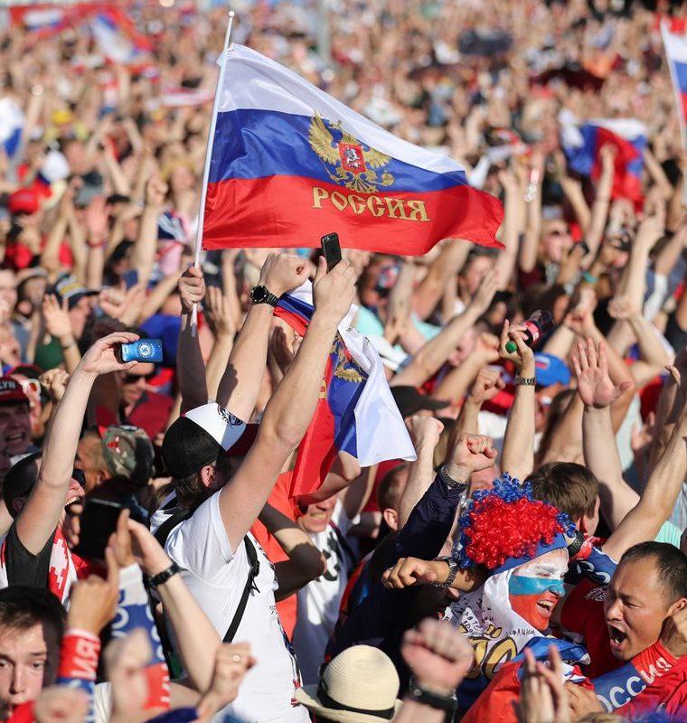 La afición rusa disfruta de la victoria de su selección ante España. (Foto Prensa Libre: EFE)