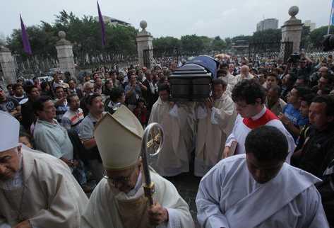 Cientos de personas  acompañan el ingreso del cuerpo del cardenal Rodolfo Quezada en la Catedral Metropolitana, donde será velado hasta el  jueves.