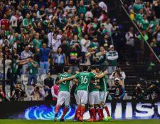Así festejaron los jugadores de México, en el Azteca, con su afición. (Foto Prensa Libre: AFP)