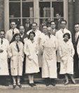El médico Rodolfo Robles — el segundo con saco oscuro en la fila central— rodeado de miembros del Instituto Pasteur en Francia, en la década de 1930.