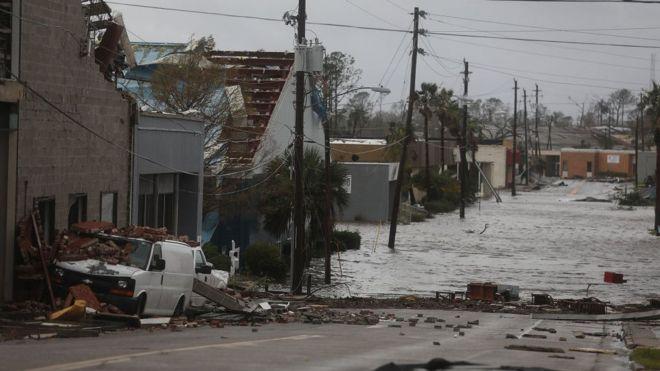 Las inundaciones también han tomado varias calles de las principales comunidades. AFP