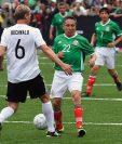 Manuel Negrete disputa el balón frente al alemán Guido Buchwald durante un partido amistoso en el 31 aniversario del juego entre México y Alemania en el mundial de 1986. (Foto Prensa Libre: AFP)