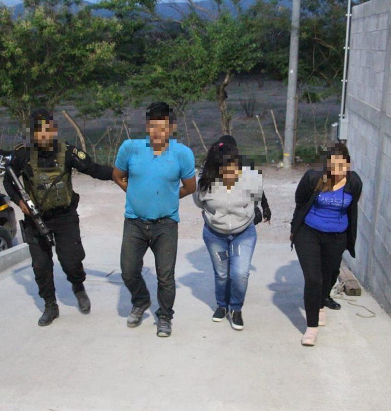 Dos mujeres y un hombre fueron detenidos en la zona 2 de Zacapa, luego de un allanamiento en el que se incautó droga y armas. (Foto Prensa Libre: PNC)