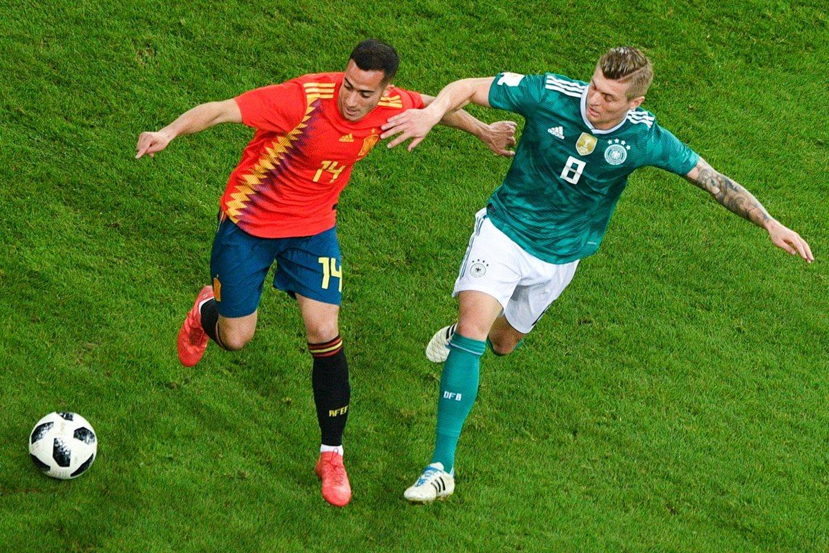 Lucas Vazquez intenta dominar el balón ante la marca de Toni Kroos (Foto Prensa Libre: AFP)