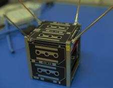 Hace dos semanas, el CubeSat fue ensamblado con 70% de sus componentes; faltan las celdas solares y dos placas electrónicas. (Foto Prensa Libre, Luis López)