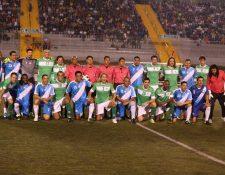 Los jugadores de ambos equipos posaron juntos para la fotografía oficial. (Foto Prensa Libre: Jorge Ovalle)