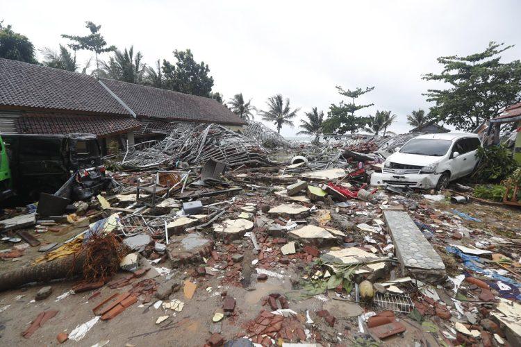 Cientos de edificios resultaron dañados por la ola, que golpeó playas del sur de la isla de Sumatra y del extremo occidental de Java.