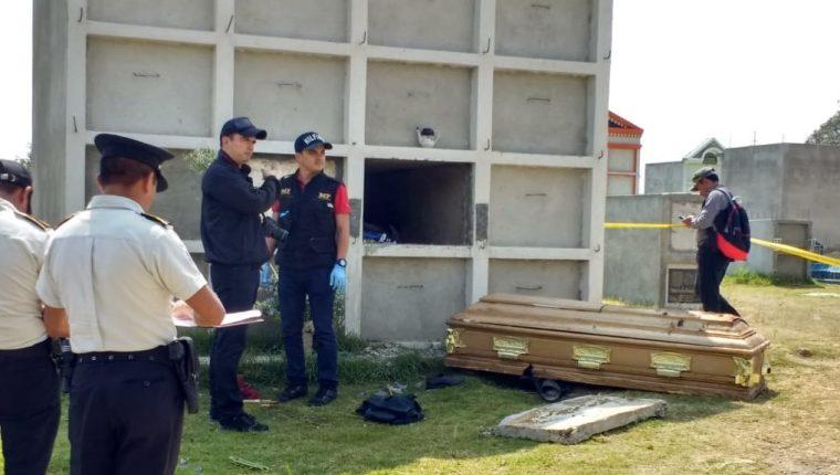 La tumba profanada pertenece a Antonio Pérez, quien fue inhumado hace siete años. (Foto Prensa Libre: Fred Rivera)