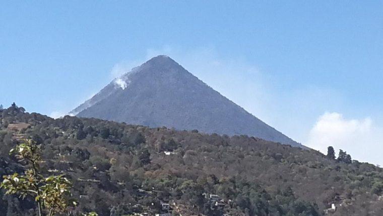 Desde la ciudad de Quetzaltenango aún se observa humo en el volcán Santa María. (Foto Prensa Libre: Fred Rivera).